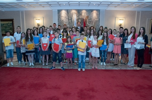 President of the Parliament of Montenegro Mr Ranko Krivokapić presented students of Democracy Workshops with certificates